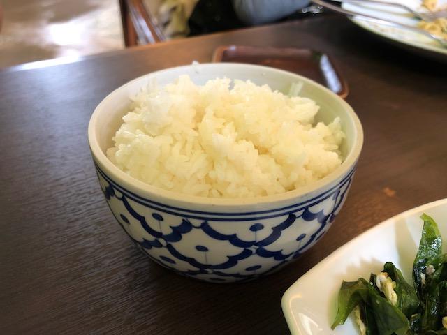 南タイの野菜を使ったパット・ミアンカイのように、一般的なタイ料理とは少し異なるメニューが多く、珍しいタイ料理を食べたい時に最適。