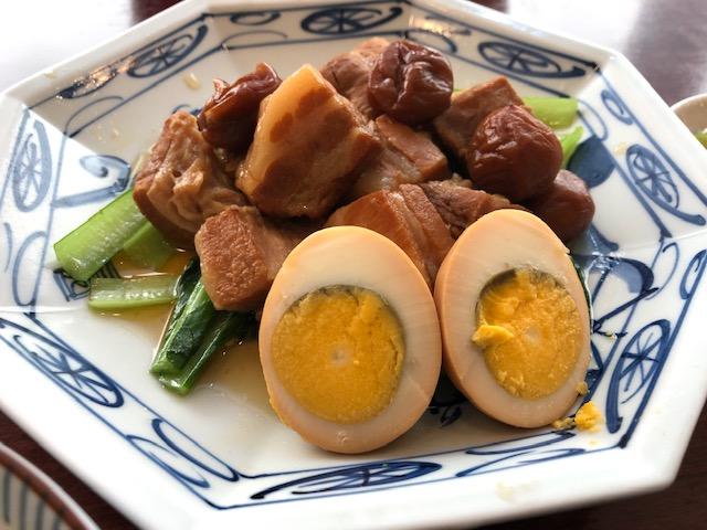 「中華風家庭料理 ふーみん」(表参道)で豚肉の梅干し煮定食を食べる